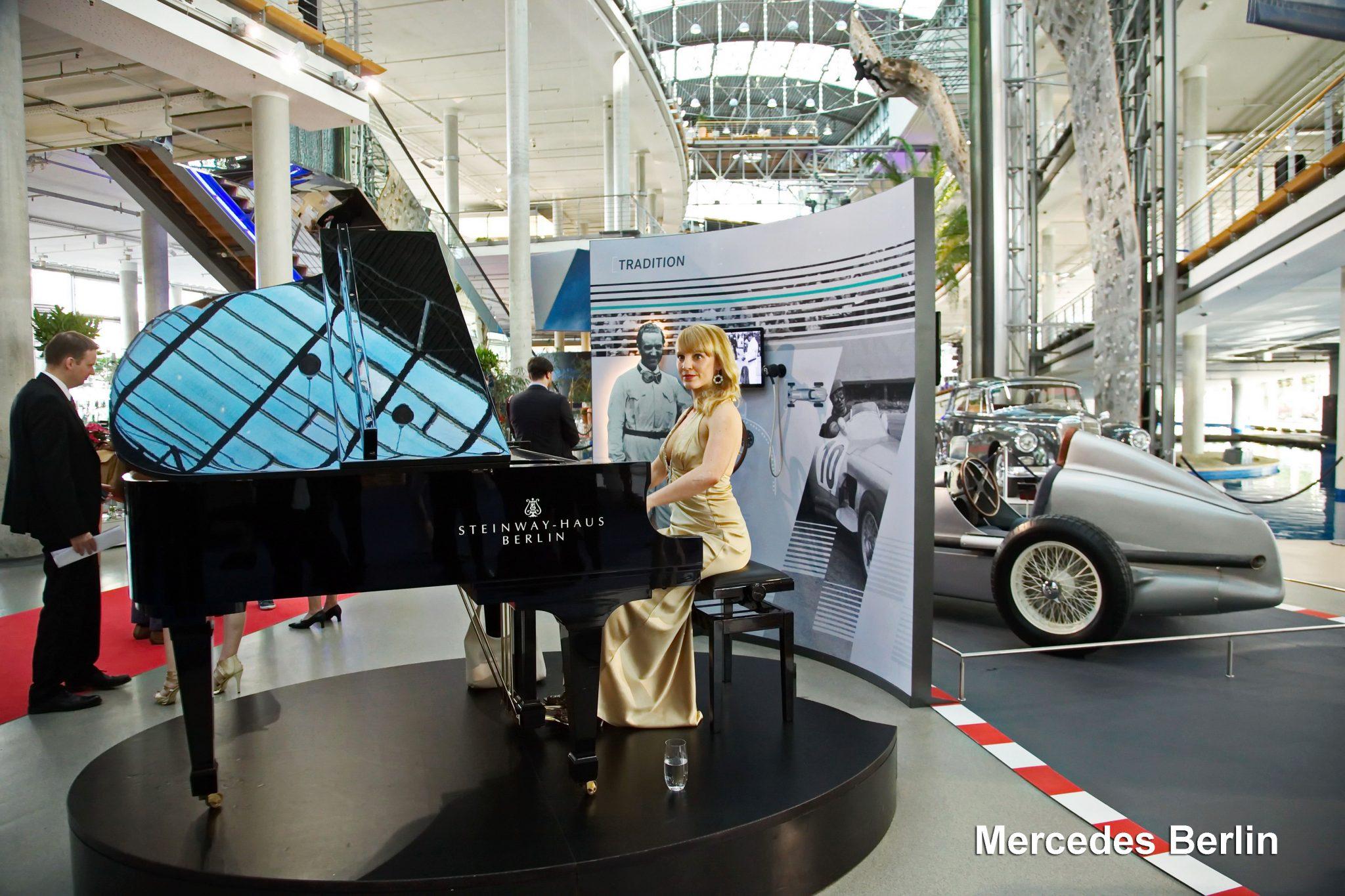 Pianistin und Sängerin Dr. Uta Sophie Halbritter tritt mit ihren Damenbands weltweit auf