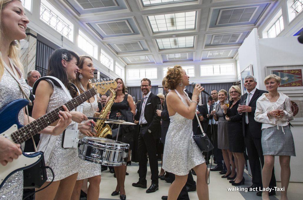 mobile Damen-Band LadyTaxi als walking act von der Pianistin und Sängerin Uta Sophie Halbritter