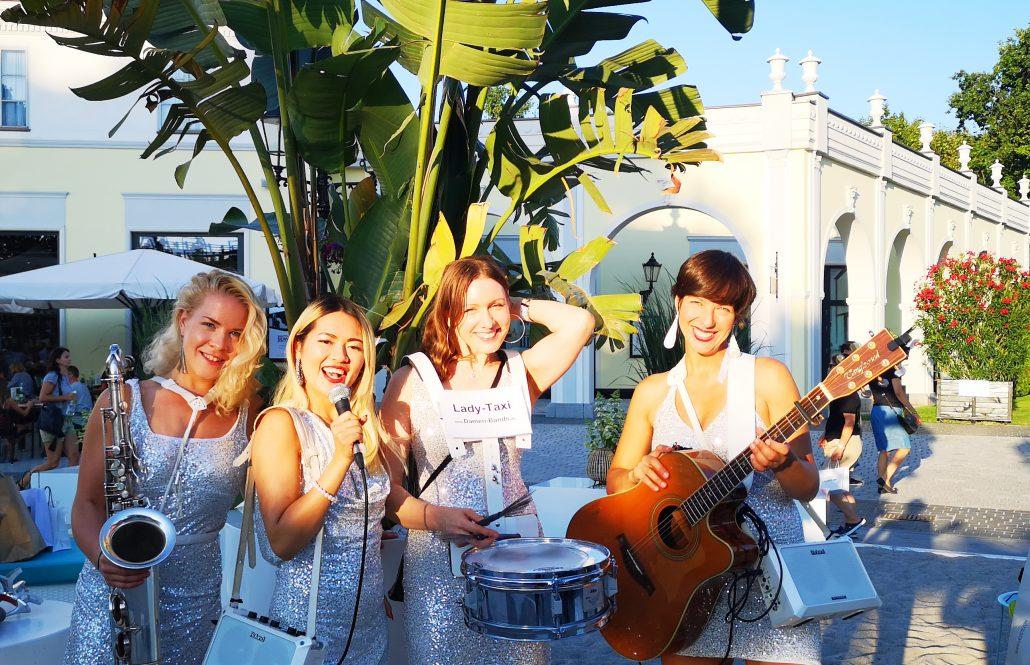 flanierende Damenband Lady Taxi von Uta Sophie Halbritter ist ein musikalischer walking act für Events