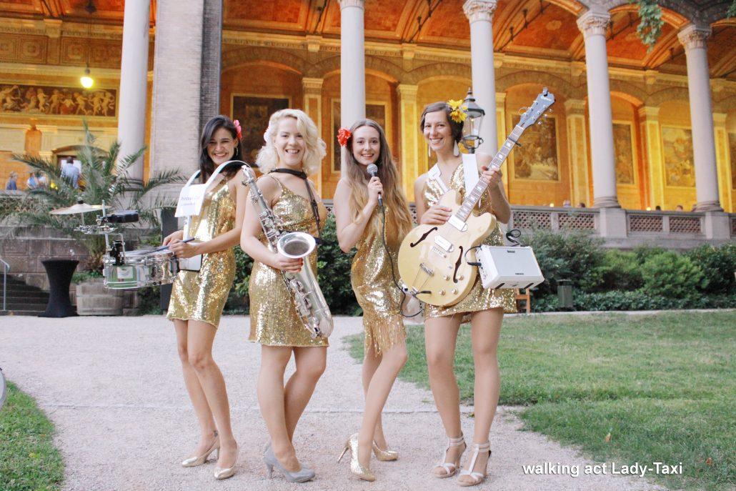 die mobile Band Lady-Taxi ist ein moderner walking act von der Bandleaderin Uta Sophie Halbritter